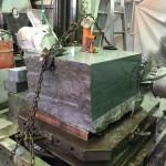 工場にて本小松石の原石を切削