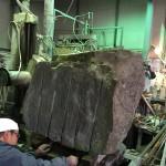 本小松石を使用した外柵の親柱用原石を切削