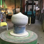 工場にて灯篭の宝珠(笠の上に載せるタマネギ状のもの)を作りました。