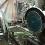 本小松石を切る切削機の刃