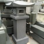 本小松石の石塔の建て替えにより、古い石塔を灯篭に...