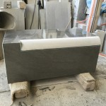 本小松石で造るお墓、外柵の親柱(門柱)