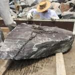 自然石墓石の竿石の2本目の製作