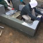 埼玉県の寺院墓地へ、本小松石による外柵の据え付け工事