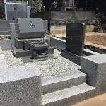 湯河原の寺院墓地に本小松石製洋型墓石と白御影石の外柵のお墓が完成しました。
